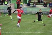 Anton Fekula (v červenom s loptou) v drese Spartaka Radôstka.
