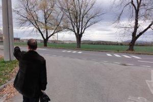 Anton Berczy pred pozemkami, ktoré kedysi patrili jeho rodine. V lokalite pri zimnom štadióne by malo vyrásť nákupné centrum.