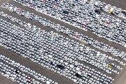 Na archívnej snímke z apríla 2020 hotové automobily značky Volkswagen sú na parkovisku automobilky v nemeckom Emdene.