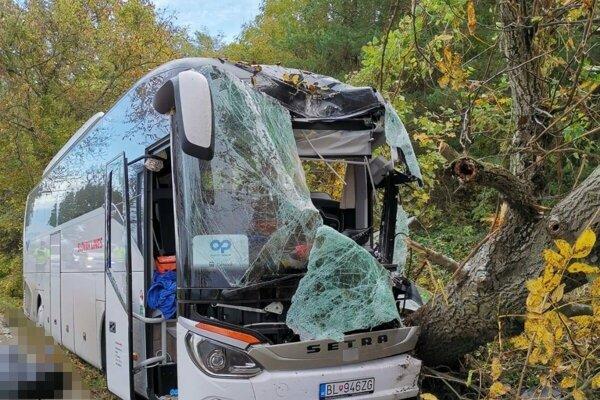 Vodič autobusu náraz neprežil.