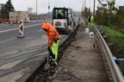 Vodiči na nadjazde v Humennom musia byť obozretní a ohľaduplní. Práce na oprave chodníkov pokračujú.