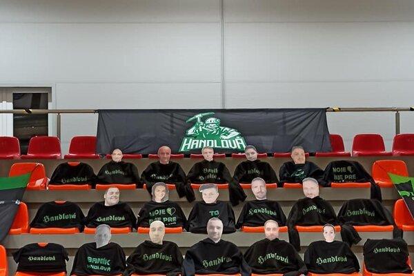 Makety fanúšikov zdobia tribúnu, kde sa združujú Handlovskí fanatici.