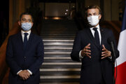 Zľava francúzsky minister vnútra Gérald Darmanin a prezident Emmanuel Macron.