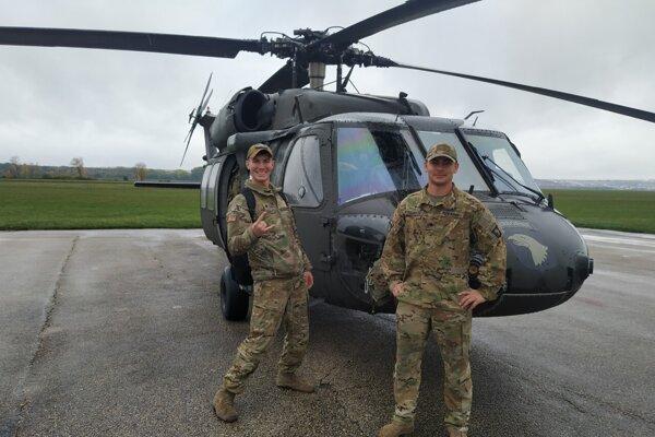 Dvaja z amerických vojakov vo veku 24 a 21 rokov.