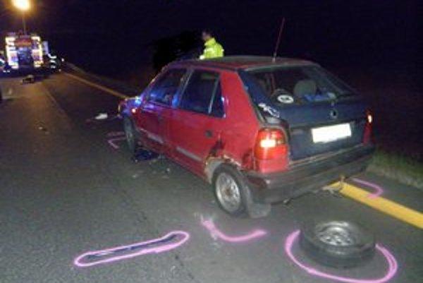 Keď auto dostalo defekt, žena chcela na aute vymeniť koleso. Vošla však do dráhy kamiónu.