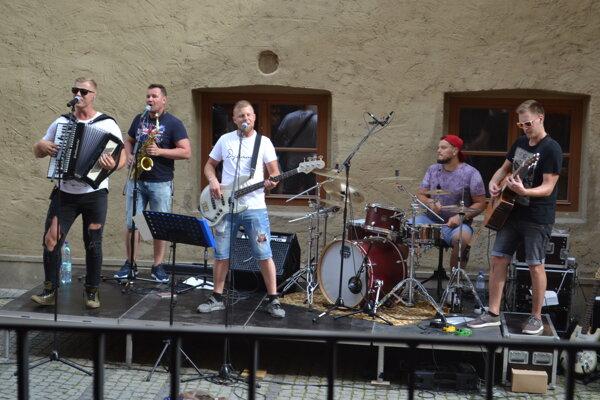 Kapela Dynamix na koncerte pri Caraffovej väznici.
