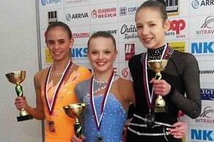 Staršie žiačky - vpravo bronzová Lucia Štefanková.
