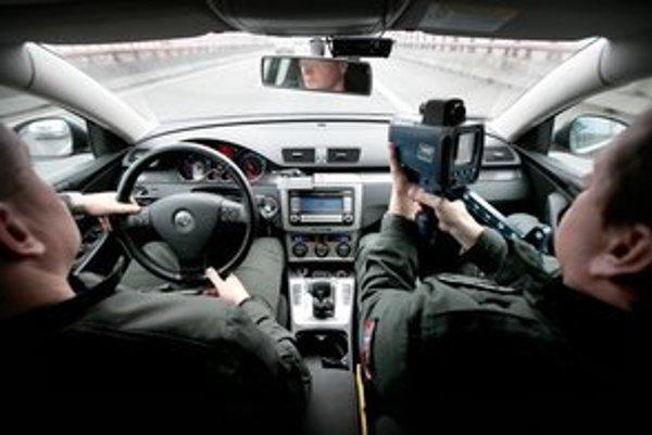 Rýchlosť v mestách je niekedy obmedzená až príliš, hovorí minister vnútra aj odborníci. Vodiči sa sťažujú tiež.