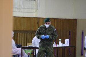Na testovanie dohliadajú vojaci.