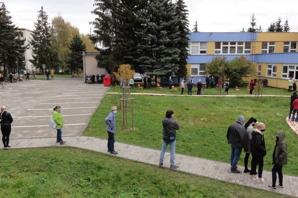Pred základnou školou na Sekieri.