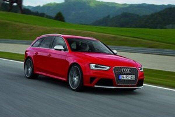 Super rýchle kombi má isté praktické výhody a slušný kufor, avšak v prípade Audi RS4 Avant má karoséria typu kombi hlavne vrodenú príťažlivosť. Je to paradoxné, ale rýchle kombíky Audi vyzerajú ešte športovejšie ako sedany.