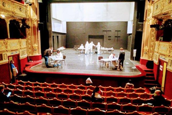 Na scéne košického divadla nestáli herci, ale odberný tím.