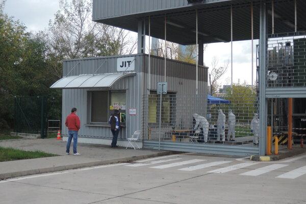 Situácia na jednom z exteriérových odberných miest v bratislavskej Devínskej Novej Vsi v nedeľu.