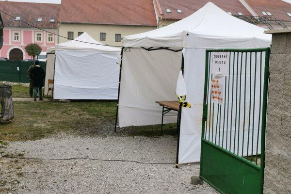 Prázdne odberné miesto pri Mestskom úrade v Spišskom Podhradí v nedeľu dopoludnia.