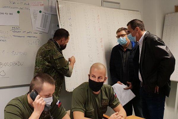 Prednosta Okresného úradu v Martine Vladimír Polakovič s Karolom Bayerom, vedúcim Krízového riadenia OÚ MT pri sčítaní priebežných výsledkov testovania.