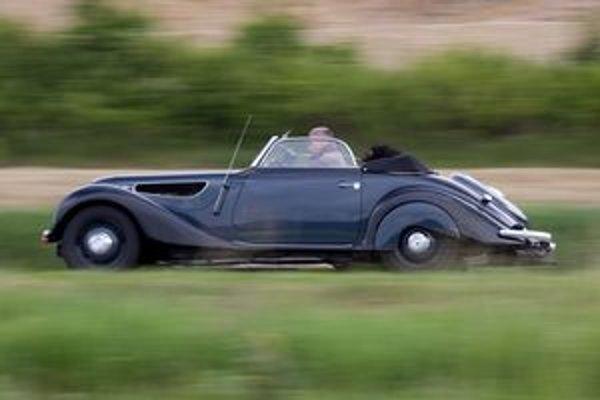 Zbadať v spätnom zrkadle Bugatti P37 a následne byt ním predbehnutý sa vždy nepodarí. Počuť nádherný zvuk 8 valcového motora prepĺňaného kompresorom to je iná pesnička, ako tieto naše moderné tátoše tlmené katalyzátormi. To všetko zachytil fotoaparáto