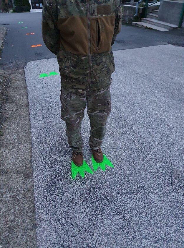Odstupy označujú dinosaurie stopy.
