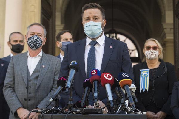 Primátor Bratislavy Matúš Vallo, vľavo starosta bratislavskej Záhorskej Bystrice Jozef Krúpa a vpravo starostka mestskej časti Devín Ľubica Kolková.