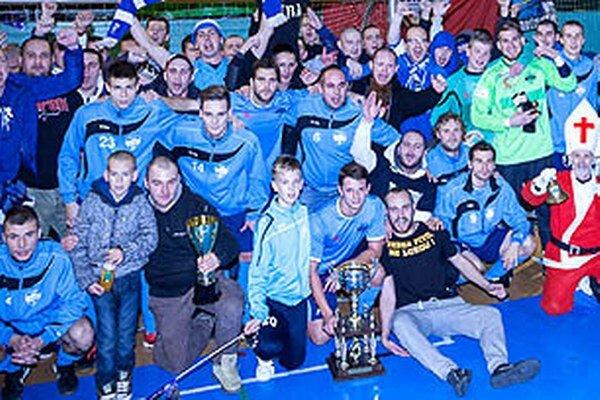 Futbalisti FC Nitra sa z trofeje tešili spolu s vernými fanúšikmi. Dolu pri putovnom pohári Matúš Paukner.