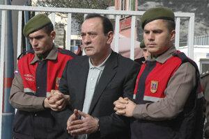 Na archívnej snímke z 11. apríla 2008 policajti eskortujú lídra tureckej ultranacionalistickej organizácie Siví vlci (Bozkurtlar) a ústrednú postavu tureckého podsvetia Alaattina Čakiciho  pred zasadnutím súdu v Ankare. Čakiciho prepustili vo štvrtok 16. apríla 2020 z väzenia po udelení kontroverznej amnestie.