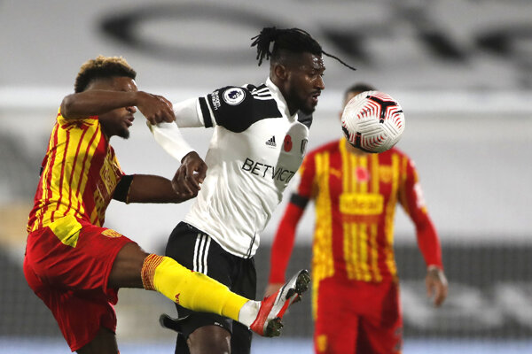 Hráč Fulhamu Andre-Frank Zambo Anguissa (v strede) a Grady Diangana z WBA (vľavo) v zápase Premier League.