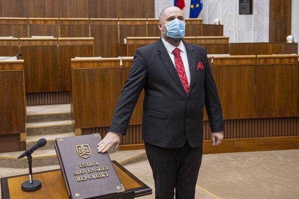 Patrick Linhart (Sme rodina) skladá poslanecký sľub počas ustanovujúcej schôdze Národnej rady 20. marca 2020 v Bratislave.