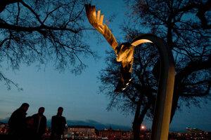 Archívna fotografia z novembra 2010 zachytáva spomienku na zavraždeného študenta Daniela Tupého pri pamätníku na nábreží Dunaja v Bratislave na mieste, kde bol zabitý.