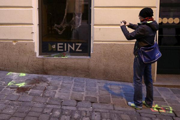 Okoloidúci si fotí miesto činu po teroristickom útoku vo Viedni.