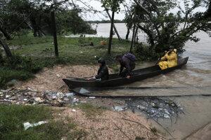 Ľudia na kanoe v hurikánom zasiahnutej Nikarague.