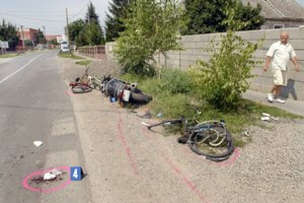 Geča. Náraz motorky bol taký silný, že z oboch bicyklov ostali iba trosky.