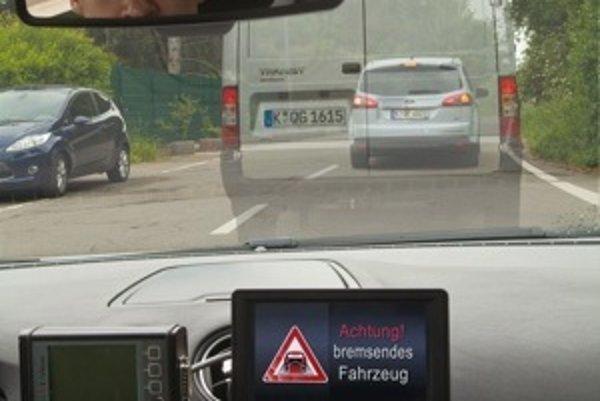 Ford má na starosti inteligentné brzdové svetlo. Vodič tak bude  vedieť, že pred neprehľadnou dodávkou zabrzdilo auto. Samozrejme bude musieť byť vybavené novým systémom.