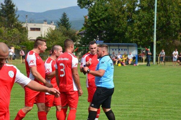 Impulzívna debata medzi rozhodcom Patrikom Žiškom a hráčmi Čachtíc.