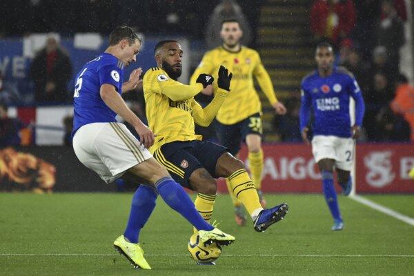 Hráč Leicesteru Jonny Evans (vľavo) v súboji s Alexandrom Lacazettom z Arsenalu.