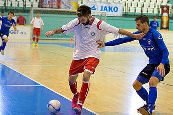Snímka z minulého Vianočného turnaja - v akcii Juraj Fuska proti Pavlovi Majerníkovi.