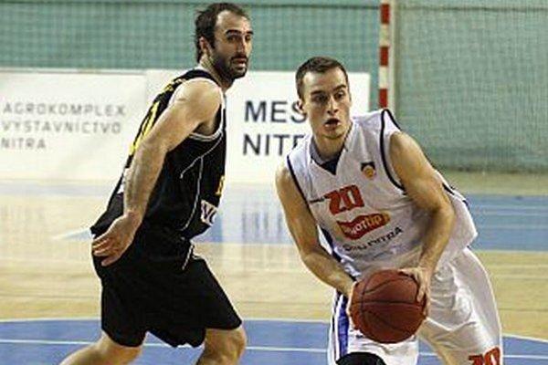 S loptou mladík v drese Nitry Adam Samek, vpravo reprezentačný rozohrávač Nenad Miloševič.