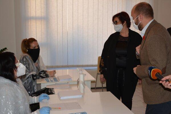Minister obrany Jaroslav Naď spoločne s primátorkou Topoľčian Alexandrou Gieciovou navštívili odberové miesta v Topoľčanoch.