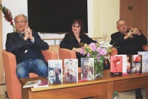 V knižnici besedovali (zľava) Jozef Heriban, Vladimíra Komorovská a Milan Augustín.