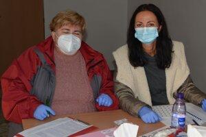 Starostka Radošiny Marta Kolková (vľavo) pomáha v obci s administratívou. Do obce sa prišlo počas dňa pretestovať viacero ľudí mimo regiónu Topoľčany.