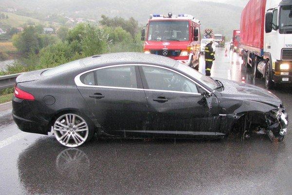 Vozidlo dostalo za hustého dažďa šmyk na ceste a narazilo do zvodidiel v pravo aj vľavo.