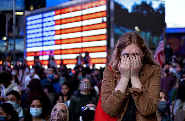 Študentka žurnalistiky Fletcher Petersová reaguje počas sledovania prejavu víťaza amerických prezidentských volieb Joea Bidena na Times Square v New Yorku.