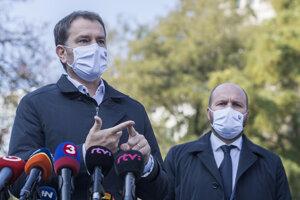 Predseda vlády SR Igor Matovič (vľavo) a minister obrany Jaroslav Naď informujú o výsledkoch prvého dňa druhého kola plošného testovania obyvateľov SR na prítomnosť ochorenia COVID-19 na Námestí SNP v Bratislave.