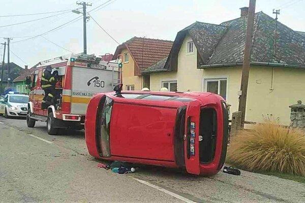 Prevrátená Dacia Sandero.