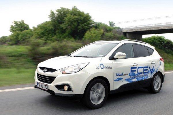 Automobil Hyundai ix35 FCEV - palivové články vyrábajú elektrickú energiu pre elektromotor.