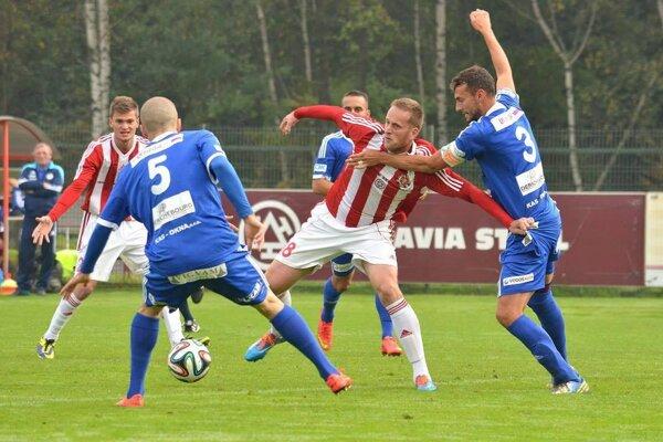 Tomáš Gavlák (v bieločervenom) vystrieľal Třincu postup.