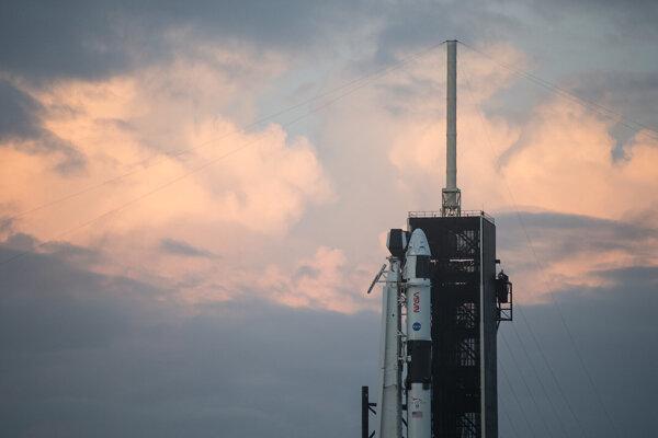 Raketa Falcon 9 s loďou Crew Dragon pripravená na prvú oficiálnu misiu SpaceX pre NASA.