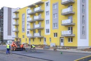 Práce pred novou bytovkou na Sídlisku pod Sokolejom.