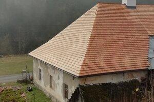 Malužinský hostinec má novú strechu.