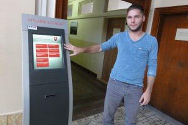 V automate si navolíte, čo potrebujete riešiť a počkáte si, do akých dverí vás systém pošle.