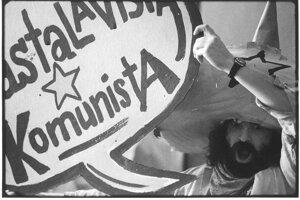 "Danglár s motívom ""Astalavista komunista""."