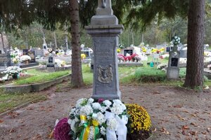 Veniec pod krížom na cintoríne v Kostoľanoch.
